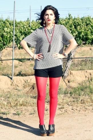 Cómo combinar: blusa de manga corta estampada en blanco y negro, pantalones cortos de encaje negros, chinelas de cuero negras, collar con cuentas rojo