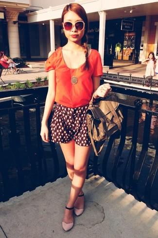 Cómo combinar: blusa de manga corta naranja, pantalones cortos estampados azul marino, sandalias planas de ante rosadas, bolsa tote de cuero marrón