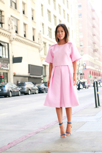 Cómo combinar unas sandalias de tacón: Ponte una blusa de manga corta rosada y una falda midi plisada rosada para conseguir una apariencia relajada pero chic. Sandalias de tacón son una opción atractiva para completar este atuendo.