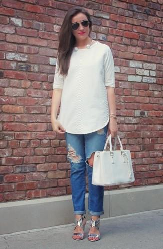 Cómo combinar: blusa de manga corta con relieve blanca, vaqueros boyfriend desgastados azules, sandalias de tacón de cuero plateadas, bolsa tote de cuero blanca