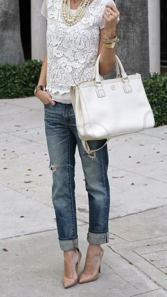 Cómo combinar: blusa de manga corta de encaje blanca, vaqueros boyfriend desgastados azul marino, zapatos de tacón de cuero en beige, bolsa tote de cuero blanca