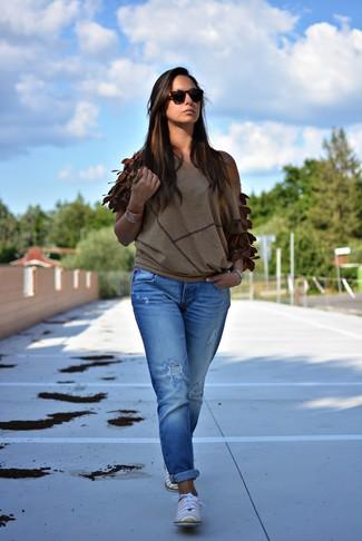 Cómo combinar: blusa de manga corta marrón, vaqueros boyfriend desgastados azules, zapatos oxford de cuero amarillos, gafas de sol en marrón oscuro