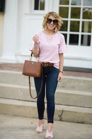Cómo combinar: blusa de manga corta con volante rosada, vaqueros pitillo azul marino, chinelas de ante en beige, bolso bandolera de cuero marrón