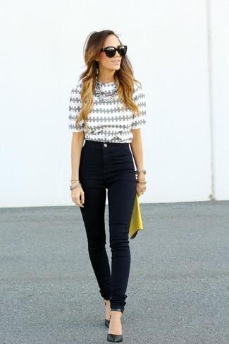 Look de moda: Blusa de manga corta estampada gris, Vaqueros pitillo negros, Zapatos de tacón de cuero negros, Cartera sobre de cuero amarilla