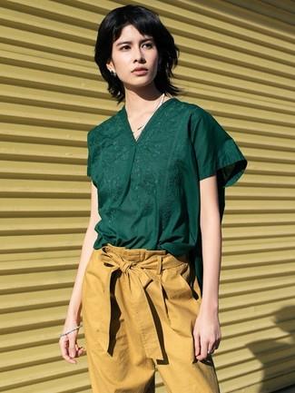 Cómo combinar: blusa de manga corta verde oscuro, pantalón de pinzas marrón claro