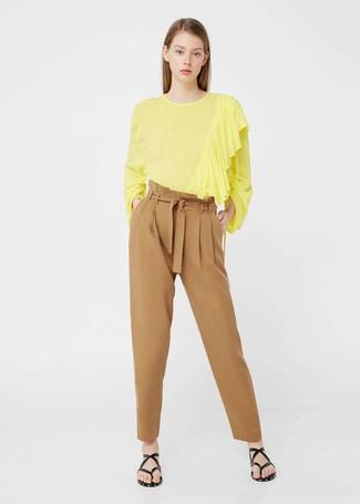 Cómo combinar: blusa de manga larga amarilla, pantalón de pinzas marrón claro, sandalias de dedo de cuero negras