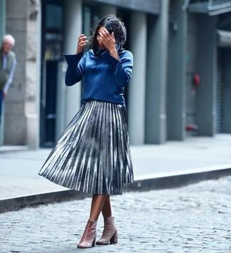 Cómo combinar: blusa de manga larga azul, falda midi plisada plateada, botines de terciopelo rosados