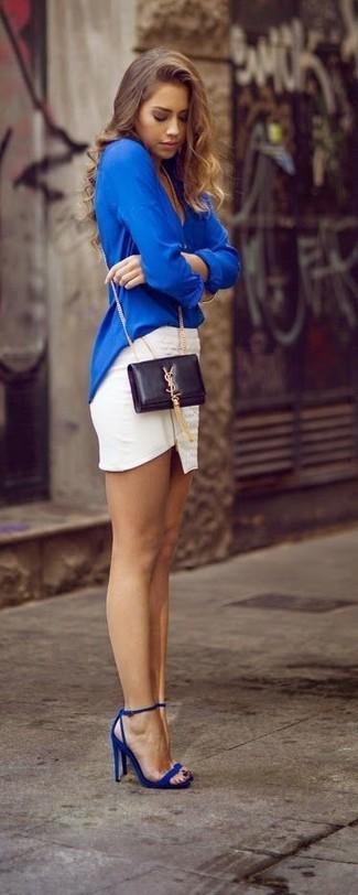Para seguir las tendencias usa una blusa de manga larga azul y una minifalda blanca. Sandalias de tacón de cuero azules son una forma sencilla de mejorar tu look.