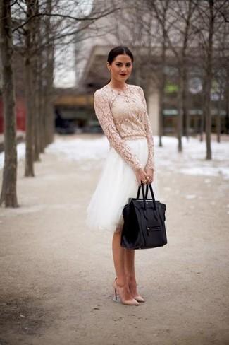 Cómo combinar: blusa de manga larga de encaje blanca, falda campana de tul blanca, zapatos de tacón de cuero en beige, bolsa tote de cuero negra