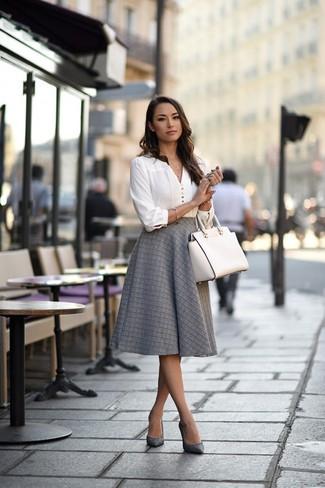 Cómo combinar: blusa de manga larga blanca, falda campana gris, zapatos de tacón de cuero grises, bolsa tote de cuero blanca