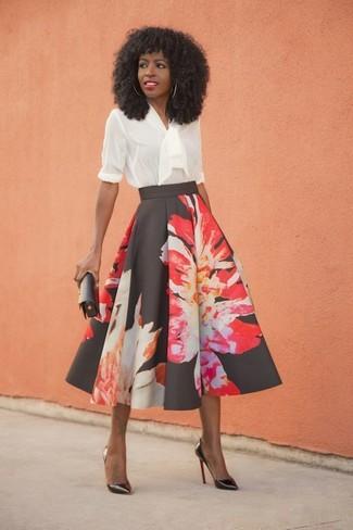 Cómo combinar: blusa de manga larga con volante blanca, falda campana con print de flores negra, zapatos de tacón de cuero negros, cartera sobre de cuero negra