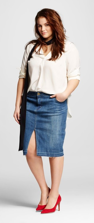Cómo combinar unos zapatos de tacón de ante rojos: Ponte una blusa de manga larga de seda blanca y una falda lápiz vaquera azul para un lindo look para el trabajo. Zapatos de tacón de ante rojos son una opción atractiva para complementar tu atuendo.