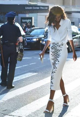 Look de moda: Blusa de manga larga de seda blanca, Falda midi con estampado geométrico en blanco y negro, Sandalias de tacón de cuero blancas, Cartera sobre de cuero blanca
