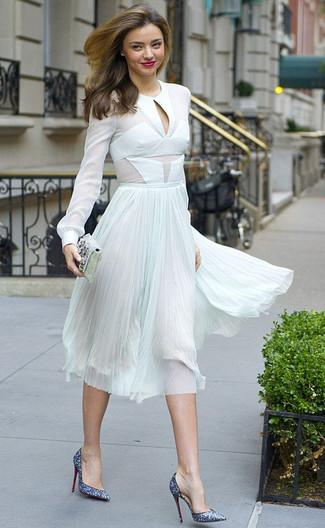 Cómo combinar: blusa de manga larga de gasa blanca, falda midi de gasa plisada en verde menta, zapatos de tacón de lentejuelas azules, cartera sobre con adornos plateada