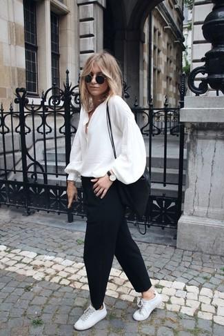 Combinar una camisa de manga larga blanca con un pantalón