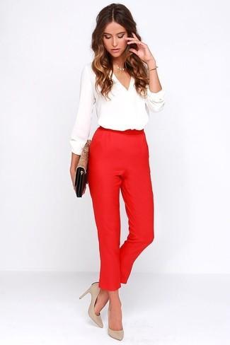 Cómo combinar una blusa de manga larga blanca: Casa una blusa de manga larga blanca junto a un pantalón de pinzas rojo para sentirte con confianza y a la moda. Zapatos de tacón de cuero en beige son una opción excelente para complementar tu atuendo.