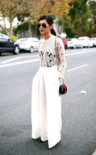 Cómo combinar: blusa de manga larga de encaje blanca, pantalones anchos blancos, bolso bandolera de cuero negro, gafas de sol en negro y dorado