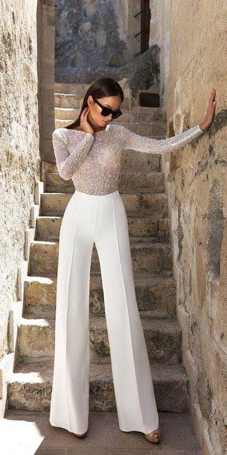 Cómo combinar: blusa de manga larga con cuentas blanca, pantalones anchos blancos, sandalias de tacón de cuero negras, gafas de sol negras