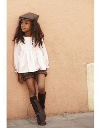 Look de moda: Blusa de manga larga blanca, Pantalones cortos marrónes, Botas de cuero en marrón oscuro