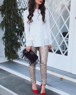 Cómo combinar: blusa de manga larga con volante blanca, pantalones pitillo de lentejuelas dorados, zapatos de tacón de ante rojos, cartera sobre de ante сon flecos negra