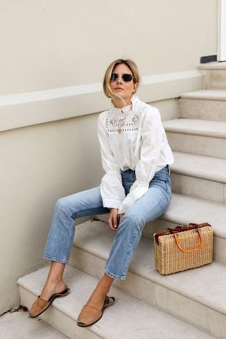 Cómo combinar: blusa de manga larga de crochet blanca, vaqueros celestes, sandalias planas de ante marrón claro, bolsa tote de paja marrón claro