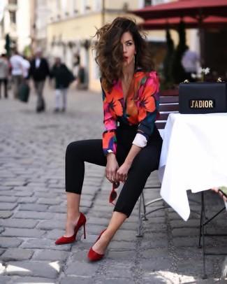 Cómo combinar unos zapatos de tacón de ante rojos: Intenta ponerse una blusa de manga larga con print de flores en multicolor y unos pantalones pitillo negros para una apariencia fácil de vestir para todos los días. Zapatos de tacón de ante rojos son una opción perfecta para complementar tu atuendo.
