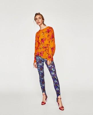 Cómo combinar: blusa de manga larga con print de flores naranja, leggings con print de flores azules, sandalias de tacón de cuero rojas