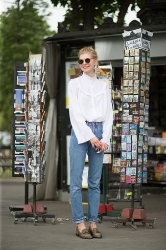 Cómo combinar: blusa de manga larga con volante blanca, vaqueros azules, mocasín con borlas de cuero verde oliva