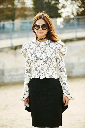 Cómo combinar: blusa de manga larga de encaje blanca, falda lápiz negra, gafas de sol en negro y dorado