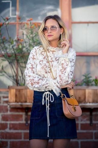 Cómo combinar: blusa de manga larga de encaje blanca, minifalda vaquera azul marino, bolso bandolera de cuero marrón claro