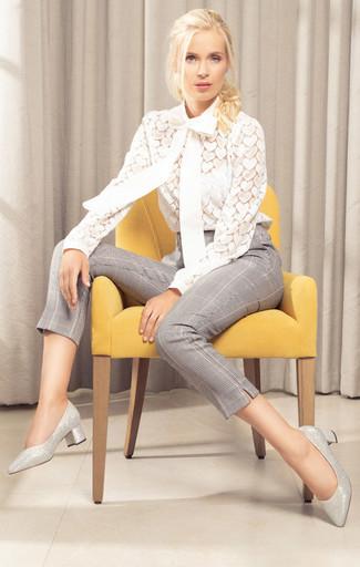 Cómo combinar unos zapatos de tacón de cuero plateados: Elige una blusa de manga larga de encaje blanca y unos pantalones pitillo de tartán grises y te verás como todo un bombón. Zapatos de tacón de cuero plateados son una opción incomparable para completar este atuendo.