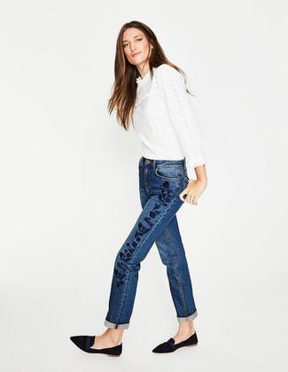 Cómo combinar: blusa de manga larga de encaje con volante blanca, vaqueros bordados azules, mocasín de ante negros