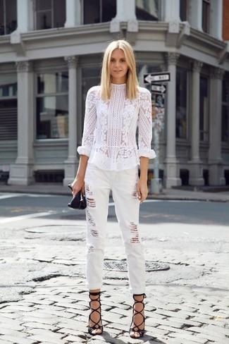 Cómo combinar: blusa de manga larga de encaje blanca, vaqueros boyfriend desgastados blancos, sandalias romanas de cuero negras