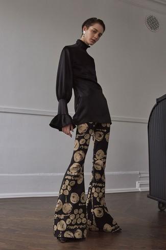 Cómo combinar: blusa de manga larga de satén negra, pantalón de campana estampado negro, zapatos de tacón de cuero negros