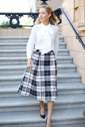 Cómo combinar una blusa de manga larga de seda blanca: Intenta ponerse una blusa de manga larga de seda blanca y una falda campana de tartán en blanco y negro para lidiar sin esfuerzo con lo que sea que te traiga el día. Un par de zapatos de tacón de cuero negros se integra perfectamente con diversos looks.