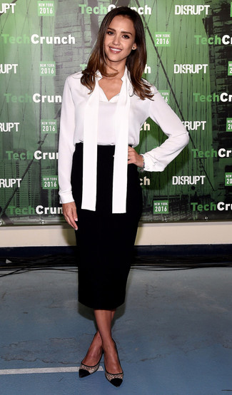 Look de Jessica Alba: Blusa de manga larga de seda blanca, Falda midi negra, Zapatos de tacón de malla negros