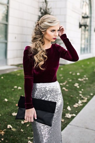 Cómo combinar una falda: Haz de una blusa de manga larga de terciopelo burdeos y una falda tu atuendo para lograr un look de vestir pero no muy formal.