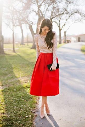 Cómo combinar: blusa de manga larga de encaje en beige, falda campana roja, zapatos de tacón de cuero en beige, cartera sobre de ante negra