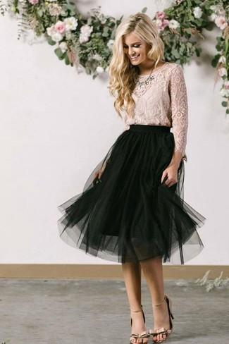 Cómo combinar: blusa de manga larga de encaje en beige, falda midi de malla negra, sandalias de tacón de cuero en beige, collar transparente