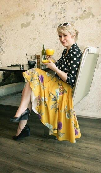 Cómo combinar: blusa de manga larga a lunares en negro y blanco, falda skater con print de flores amarilla, zapatos con cuña de cuero negros, gafas de sol en blanco y negro