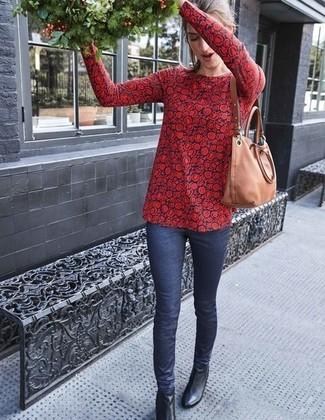 Cómo combinar: blusa de manga larga con print de flores en rojo y azul marino, vaqueros pitillo azul marino, botines de cuero negros, bolsa tote de cuero marrón claro