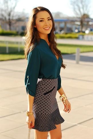 Cómo combinar: blusa de manga larga de seda en verde azulado, minifalda con estampado geométrico en negro y blanco, reloj dorado, pulsera dorada