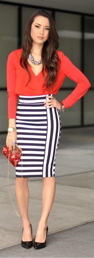 Una blusa de manga larga roja y una falda lápiz de rayas horizontales blanca y azul marino son una combinación que cada chica con estilo debe tener en su armario. Este atuendo se complementa perfectamente con zapatos de tacón de cuero negros.