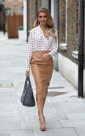 Cómo combinar: blusa de manga larga a lunares blanca, falda midi de cuero marrón claro, zapatos de tacón de cuero marrón claro, bolsa tote de cuero gris
