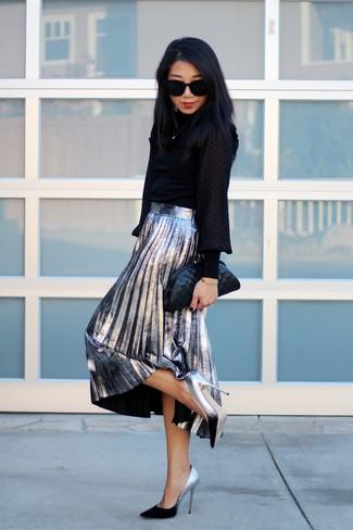 Cómo combinar: blusa de manga larga negra, falda midi plisada plateada, zapatos de tacón de cuero plateados, cartera sobre de cuero acolchada negra