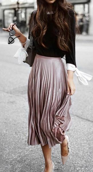 Cómo combinar: blusa de manga larga en negro y blanco, falda midi plisada rosada, zapatos de tacón de ante en beige, bolso bandolera de cuero negro