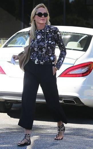 Cómo combinar una bolsa tote de cuero gris para mujeres de 50 años: Una blusa de manga larga con print de flores negra y una bolsa tote de cuero gris son una opción atractiva para el fin de semana. Sandalias planas de cuero con tachuelas negras son una sencilla forma de complementar tu atuendo.