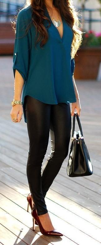 Cómo combinar: blusa de manga larga en verde azulado, leggings de cuero negros, zapatos de tacón de cuero burdeos, bolsa tote de cuero negra