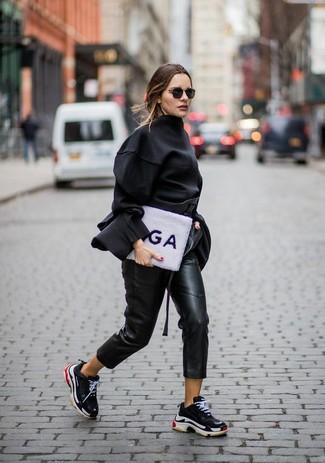 Cómo combinar: blusa de manga larga negra, pantalón de pinzas de cuero negro, deportivas negras