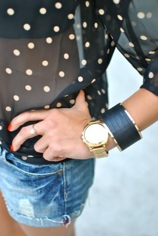 Cómo combinar: blusa de manga larga de gasa a lunares negra, pantalones cortos vaqueros azules, pulsera de cuero negra, reloj dorado